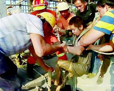 男子在10米深井里越陷越深 众人齐力帮他脱险