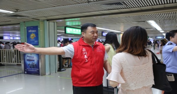 中秋深圳各口岸迎客流高峰 义工助力旅客通行