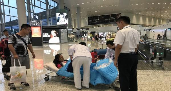乘客机场摔倒 医护人员火速救治