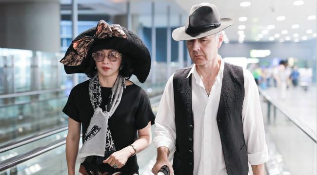 金星戴超大貴婦帽實力吸睛 與老公同框機場秀恩愛