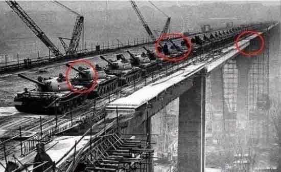 耗10亿巨资建大桥 120辆坦克上桥5分钟不到竟···