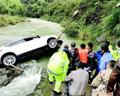 """河水暴涨困住过路车 众人岸上""""拉纤""""施救"""