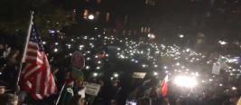 怒了!上百名美国人冲到白宫抗议司法部长辞职 高喊特朗普是叛徒