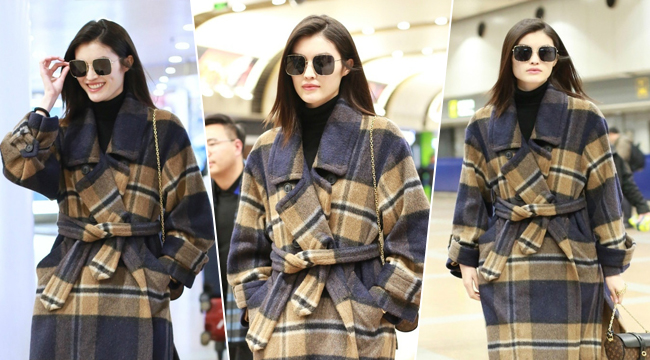 何穗穿格纹大衣时尚优雅 面色高冷气场十足