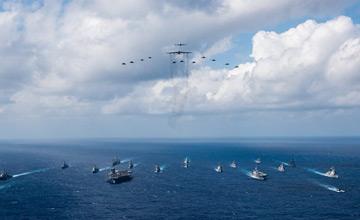 美日航母齐出举行规大联合训练 日方登上美军航母