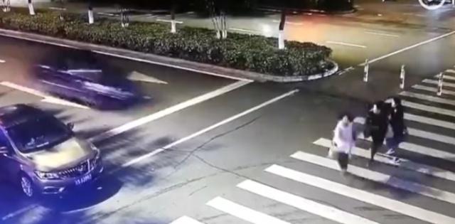 轿车飞奔而来 两闺蜜躲开她却在原地被撞飞