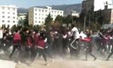 云南昭通一中学发生激烈群殴 校方回应:学生打闹