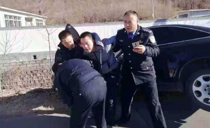 辽宁:轿车撞入小学生队伍 司机被控制