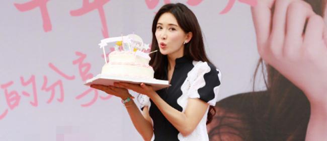 林志玲手捧蛋糕嘟嘴献吻庆生:今年最幸福温馨的一天
