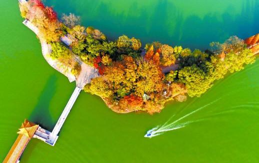 五彩斑斓染翠湖