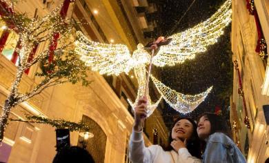 """香港市民感受圣誕氣氛"""" width="""