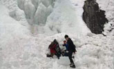 瀑布巨大冰柱突然坠下,9人被砸伤!
