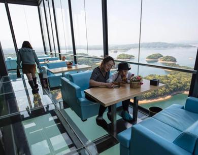 庐山西海建99米高空咖啡屋 游客全透明观景