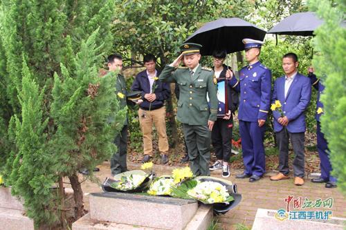 凉山扑火英雄古剑辉烈士骨灰在寻乌县烈士纪念园安葬