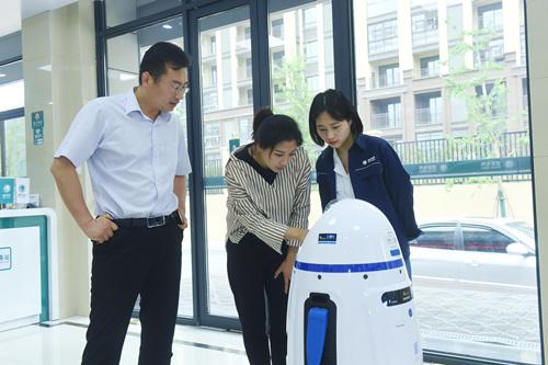 """安徽定远:新""""职员""""智能机器人上岗服务客户"""