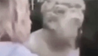 为涨粉疯了!波兰女模特笑着敲掉200年雕像鼻子