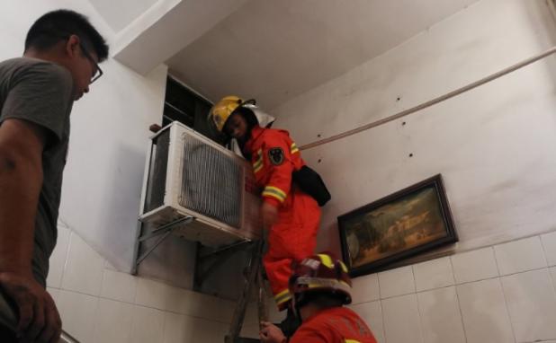 东莞:2岁童被反锁家中 消防队员破窗施救