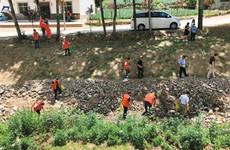 保护水资源 志愿者捡拾李家河水库河道周围垃圾
