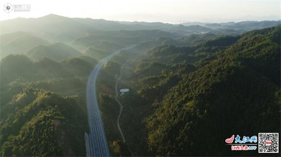 昌铜高速绿色生态长廊:路在画里 画在路上(图)