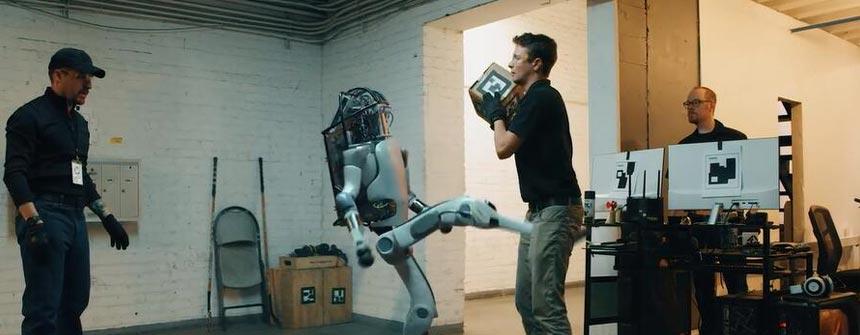 """饱受虐待的""""AI机器人"""" 觉醒后开始反击人类!?"""