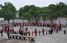 西安三百余名大学生回乡 为留守儿童送上温暖