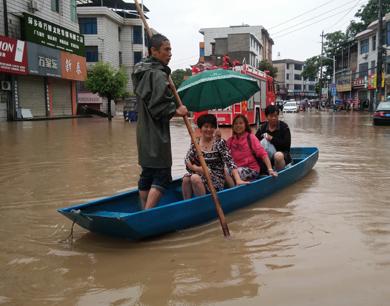 强降雨侵袭萍乡 一人一舟救百人