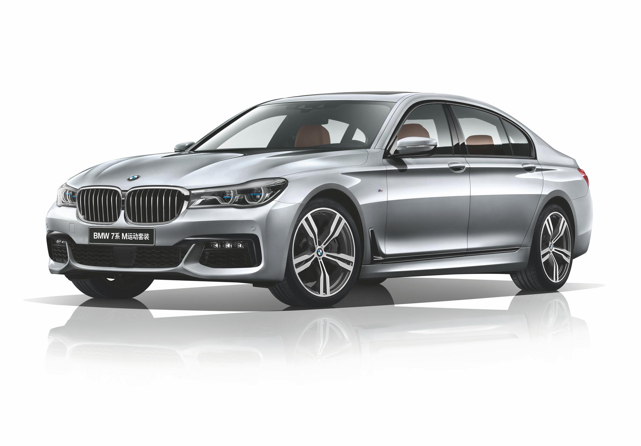 """以前瞻科技,定义现代豪华 2015年,第六代BMW 7系上市时即凭借大量创新科技成为大型豪华车的标杆力作。首创Carbon Core高强度碳纤维内核,实现最大车身减重130公斤,增强了车身刚性和操控表现,展现了宝马集团在智能轻量化结构领域的科技优势。BMW智能激光大灯使汽车大灯的照明距离从300米时代跨越至600米(中国法规限定为475米)时代,提高了行驶安全性。 这一代BMW 7系证明了大型豪华车同样可以具备出色的驾驶乐趣。同级独有的自适应驾驶体验控制系统让""""人车合一""""的感受更"""