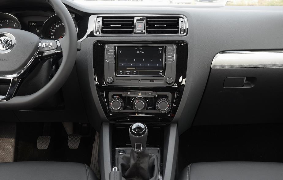 内饰方面:后排943mm的头部空间,863mm的腿部空间,头部、膝部 皆可自如舒展,乘坐空间更为宽敞,让您释放拘束,尽享尊贵。炮筒型3D仪表盘,配合简洁独特的液晶显示,动感时尚,充满科技感;搭配智能科技的行车电脑,显示丰富实用的行车信息,让人车交流更加直观清晰。内置SD卡插槽,支持MP3和WMA等多种音频文件播放,配备外接Aux-in、USB接口,轻松便捷,畅享多媒体视听感受。后排中央扶手可折叠,空间更宽敞舒适,身体可尽情舒展放松,享受从容乘坐空间