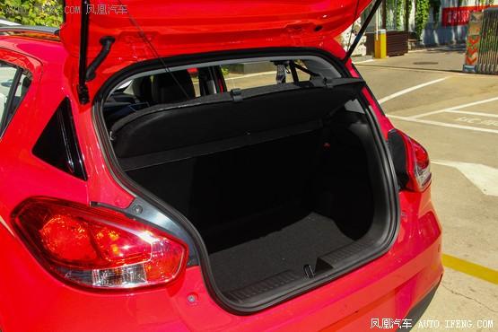 宝骏310在配置方面较为丰富,如胎压监测、定速巡航、倒车影像、后