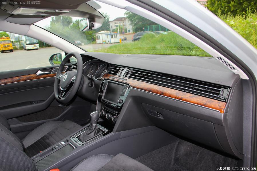 新迈腾配置丰富,配有一键启动,定速巡航,天窗,后视镜带有自动折叠和