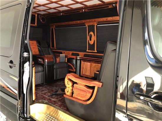 总裁商务房车从 外观 看,加装了新潮的大包围,将国际先进视觉 理念 融入车身设计,提高了整车外观厚实度及安全感,无论车身结构、ESP电子稳定系统等安全配置,或V6高效节能缸内直喷更节油的发动机,进口奔驰斯宾特都远远领先市场其它品牌 车型 ,而进口奔驰斯宾特额外配备的车尾爬梯及备胎框,为其增显了一份时尚旅行风。 搭配5910*1993*2800mm张扬尺寸。总裁版房车轮胎采用倍耐力 SC ORPION-ZERO 蝎子STR全能胎,19寸超大锻造轮毂,在材质、强度、延展性及耐久性远超一般车辆