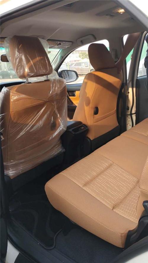 19款穿越者的座椅不能放倒,第三排座椅只能以向两侧翻折的方式折叠,第二排座椅可以向前翻折。将后两排座椅折起以后,后备箱可以腾出很大空间。