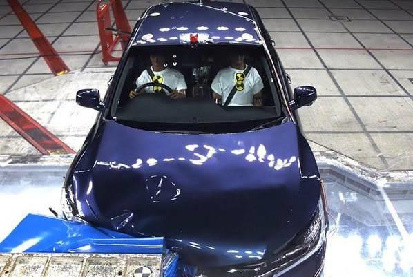 配置在车身核心处的动力电池系统受到完好保护,没有丝毫损坏.