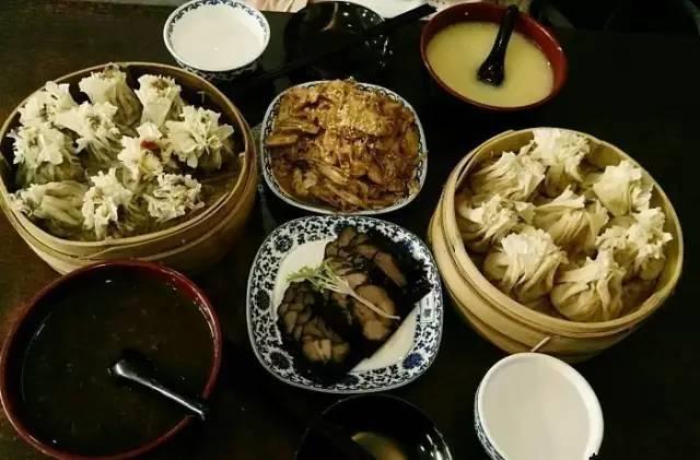 饺子和馄饨都要用水煮,大大削弱了白面本身的味道,而烧卖则不同,在蒸