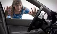 钥匙锁车里,到底该砸哪块车窗?