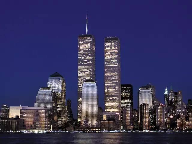 矗立在繁华地段的世贸中心双子塔