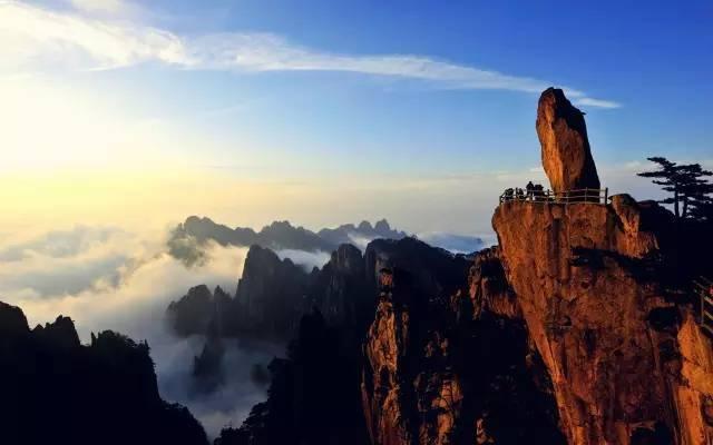 特色美食 鸭血粉丝汤 黄山位于安徽省南部黄山市境内,有72峰,主峰莲花