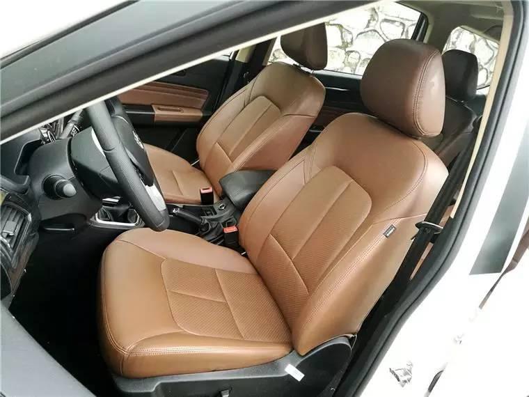 从茶哥的实际体验来看,威旺M50F的前排、中排、后排座椅均有还不错的头部、腿部空间,而且整车储物空间较多,可以照顾不同位置乘客的需求。我们试驾的这台车还集成驾驶座6向电动调节,副驾驶座4向手动调节。后排座椅还有独立出风口和空调控制模块。 动力:基本够用,推荐1.3T