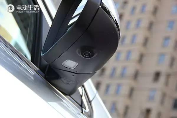 视镜下方安装了360度全景影像系统所需的摄像头,并且还有迎宾灯