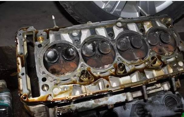 所谓的发动机深度清洗,实际是对发动机内部润滑系统和积碳做一次清洗。由于发动机长期工作在高温高压状态下,产生的油泥和积碳将降低发动机工作效率,对于有一定年龄的老车是十分必要的。 但现在小轿车所使用的润滑油,大都自带清洁功能,能够保证发动机在一定公里数内不产生油泥或数量很少。新车在二保时就进行发动机深度清洗,将造成巨大的浪费,完全没有必要。 缸哥总结 汽车这玩意儿是在外边跑的,不是放在家里的精贵玩意儿。有折旧是很正常,没必要过度保养;正常按规律保养,花最少的钱达到最好的效果,才是最好的。最后,缸哥有必要提醒