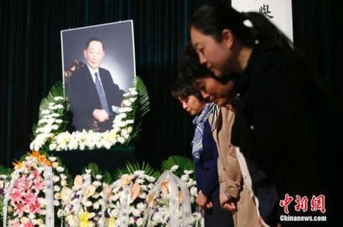 葆玖先生的徒弟李胜素(左一)等在灵堂.中新社记者 富田 摄-各界