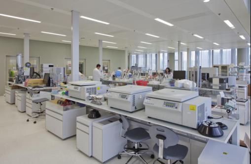 诺华集团上海研发中心研发实验室 诺华的全球结构是按照欧洲、美洲、亚洲这三级来布局的,中国已经超越日本成为全球第二大药品消费国,从医疗健康的需求来看,上海研发中心将成为亚洲的支柱。尹旭东表示,诺华早在2007年就在上海设立研发中心,2009年,诺华投资10亿元美元,全面升级了位于上海张江的研发园区,今年6月将正式开幕。 在近9年的发展过程中,诺华上海研发中心的战略布局愈加清晰。据尹旭东介绍,诺华上海研发中心有四个特点:拥有生物制剂和小分子两类新药的自主研发能力,很多研发机构只能做其中之一;拥有从靶