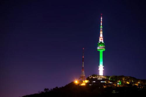 韩国南山首尔塔开启特殊照明,纪念巴西里约奥运会倒计时100天.