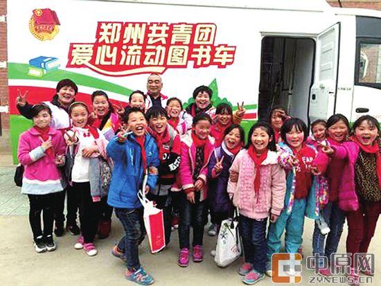 郑州共青团爱心流动图书车为外来务工人员子女送去