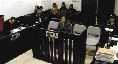 """去年12月,广州市中院,""""毒保姆""""何天带涉嫌故意杀人受审。资料图片"""