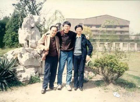 青年王沪宁(右一)