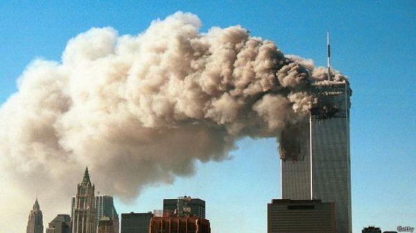 911事件中,美国纽约世贸中心遇袭倒塌(英国广播公司网站)
