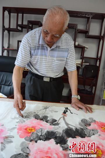 闽西86岁手指画家林奇英:画画追求的是真善美