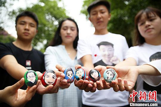 大学生创业者展示自己的创意手工艺品.曹正平 摄-湖南大学生用鹅卵