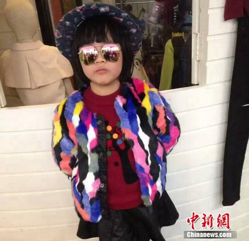 图为泉州中心客运站附近一家童装店的小模特。吕春荣摄